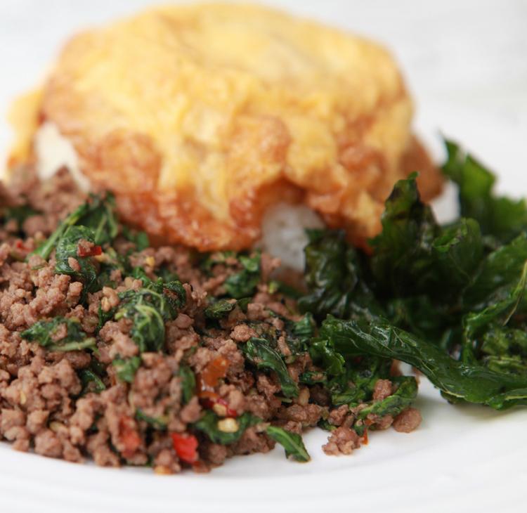 いまや「ガパオごはん」は、日本人にもすっかり知られるようになりました。タイ料理レストランではランチの定番メニューになっているし、コンビニではレトルト食品が